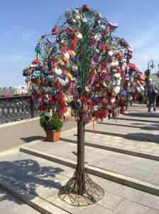 Schloss-Baum auf der Lushkov-Brücke