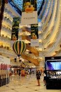 riesige Shoppingmall (mit runden Rolltreppen ;)