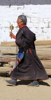 Frau mit Gebetsmühle