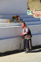 ältere Dame vor einer Stupa
