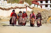 Frauen mit Gebetsmühlen
