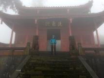 Tempel in Nebel gehüllt