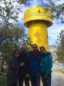 Wir mit Kasia und Victor vor der Gebetsmühle