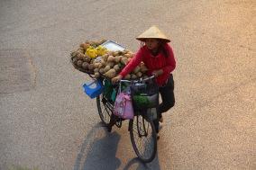Strassenverkäuferin