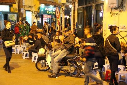 Nachtleben in den Strassen Hanois