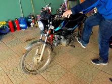 unser Motorrad steht vor dreck..