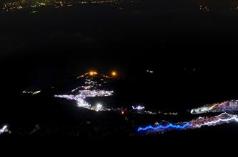 Bereits um 2 Uhr nachts wandert eine Lichterkette den Berg hoch..