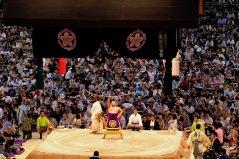 Sieger Hakuho während des traditionellen Bogentanzes, welcher der Sieger zum Schluss jeweils vorführt