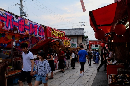 """""""Fressmeile"""" vor dem Fushimi Inari-Taisha-Schrein"""