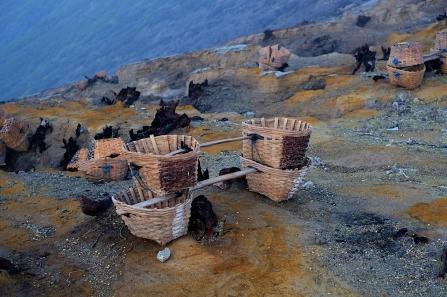 Körbe mit denen die Arbeiter den Schwefel aus dem Krater hochtragen