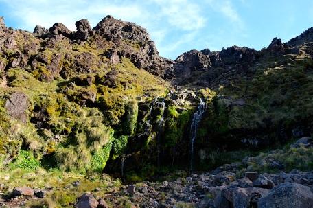 Kleine Wasserfälle plätschern über die Felsen