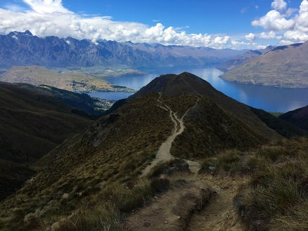 """Grandioser Blick auf den Lake Wakatipu und die dahinterliegenden """"The Remarkables"""""""