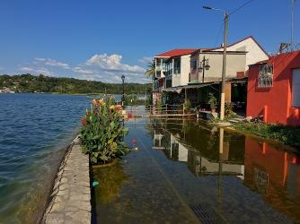überschwemmtes Ufer in Flores