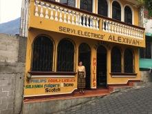 Rosa vor unserem temporären Zuhause in San Pedro La Laguna