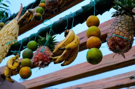 In ganz San Pedro hängen am Gründonnerstag Früchte über den Strassen