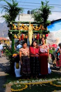 Rosa, Stephanie und ich in traditioneller Kleidung
