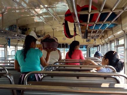 Verkäuferinnen ein einem anderen Bus