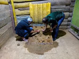 Dominique und Frank bereiten den Metallring vor