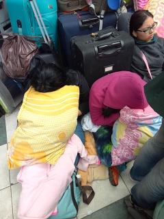 wartende Menschen an der Grenze